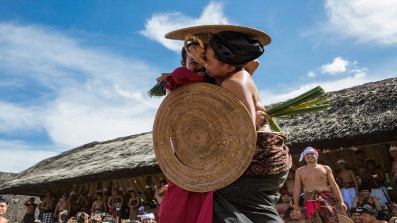 """Mekare-kare Bali """"perang daun pandan"""""""